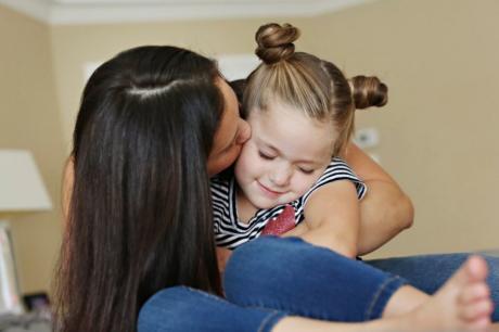 MAME, SPREMITE POKLONE! SUTRA SU MATERICE: Evo zašto deca moraju da vežu svoje majke