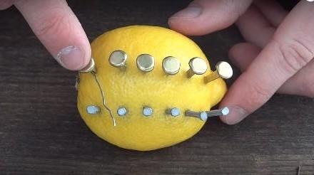 Zabio je 12 eksera u limun. Kada vidite razlog, htjeti ćete da uradite isto! (VIDEO)