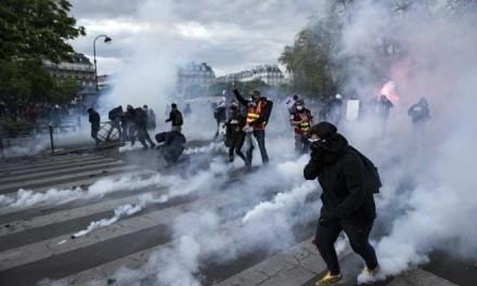 Повријеђена 24 полицајца, ухапшено више од 100 демонстраната