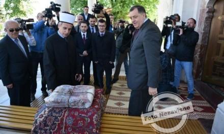 Dodik poklonio ćilime za novoizgrađenu Ferhadiju (FOTO)