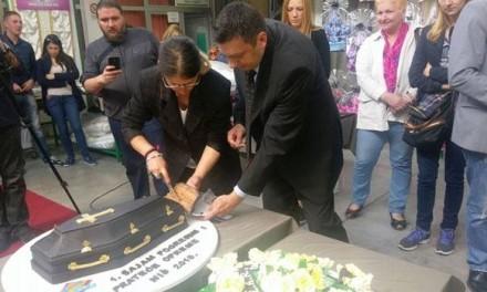 Torta u obliku kovčega na otvarnju Sajma pogrebne i prateće opreme