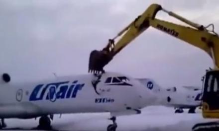 Nezadovoljni radnik bagerom uništio avion!
