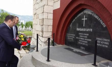 Položen vijenac ispred kapele Vidovdanskih heroja i spomenika Gavrila Principa u Istočnom Novom Sarajevu.