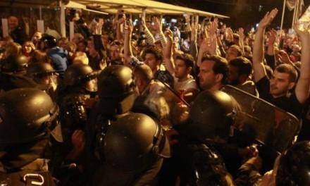 U Makedoniji haos: Demonstranti uništili kancelariju predsjednika Ivanova