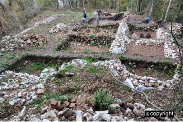 zamak4temelji-drevno-srbija-arheologija-600x401