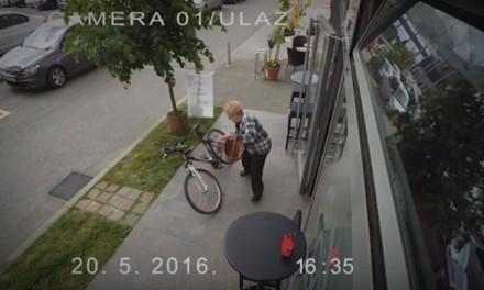"""""""Bako, šta radiš to"""": Starija gospođa iznenadila jednog Hrvata svojim """"lopovskim veštinama"""" (VIDEO)"""