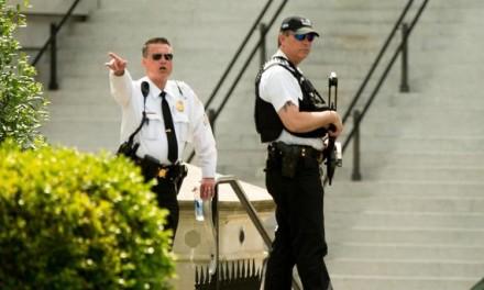 Upucan muškarac kod Bele kuće (VIDEO)