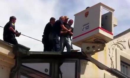 Akcija hapšenja muškarca na krovu Ambasade (video)