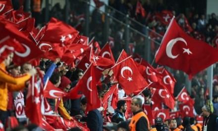 Bruka i sramota turskih navijača: Transparentom se pitaju gde je ubijeni navijač Zvezde!? (FOTO)