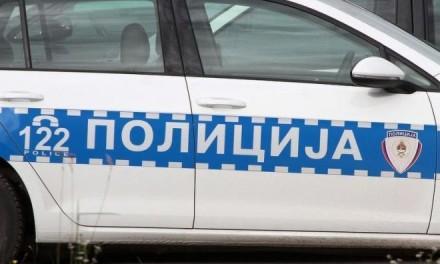 Sjekirom nasrnu na policajca