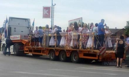 Nesvakidašnji prizor u Prijedoru: Labudicom u svatove