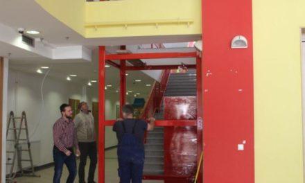 Bravo! Ilijaš: Učitelji grade lift za dječaka kojeg majka na leđima nosi u učionicu