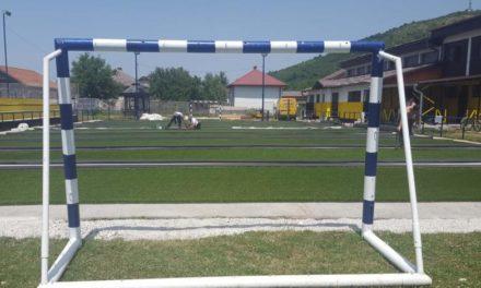 Postavljanje vještačke trave u sportskom kompleksu Vojkovići