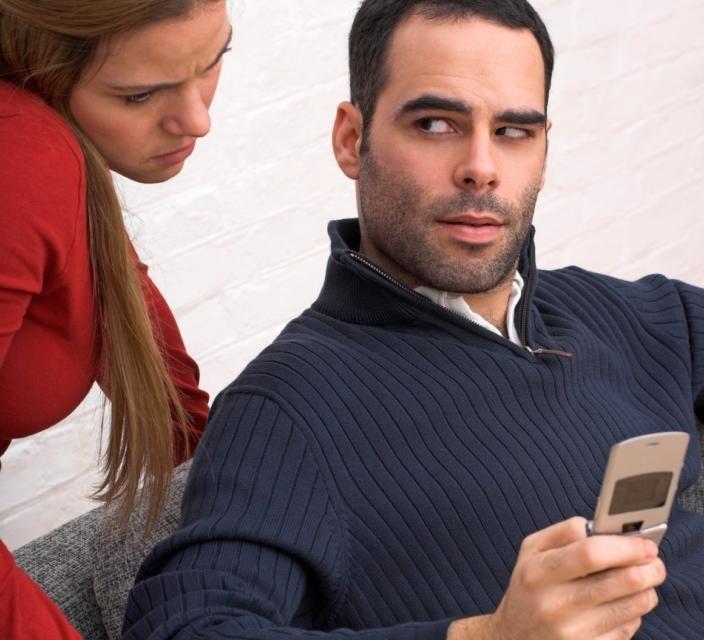 Ovih 10 znakova govori da je muškarac previše posesivan!