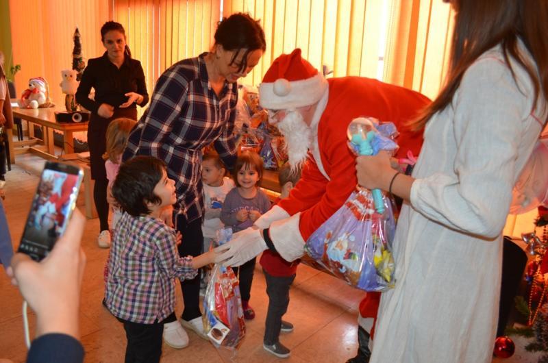 Mladi iz Istočnog Sarajeva podjelili paketić za mališane iz doma za nezbrinutu djecu u Tuzli