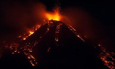 Nevjerojatni prizori sa Sicilije: Žestoka erupcija Etne, ulice zasute kamenjem veličine 10 cm