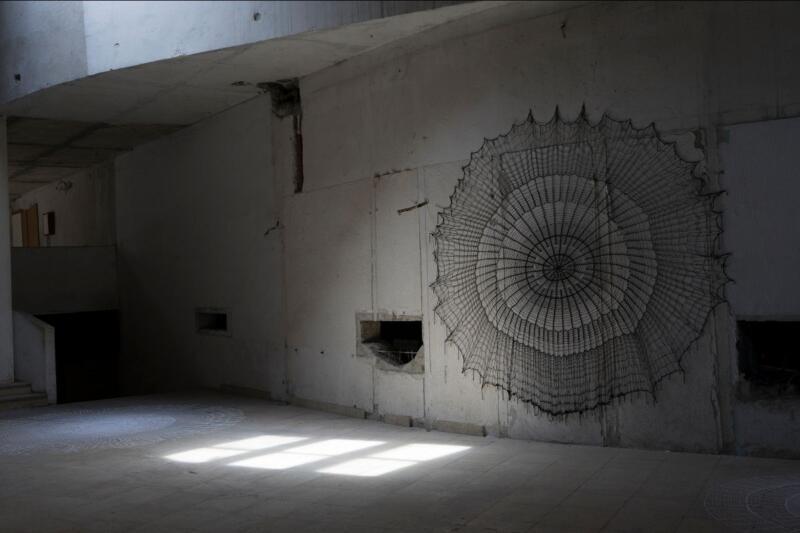 Izložba Uhvaćeni umjetnice Šejle Kamerić u Hali željezare u Zenici